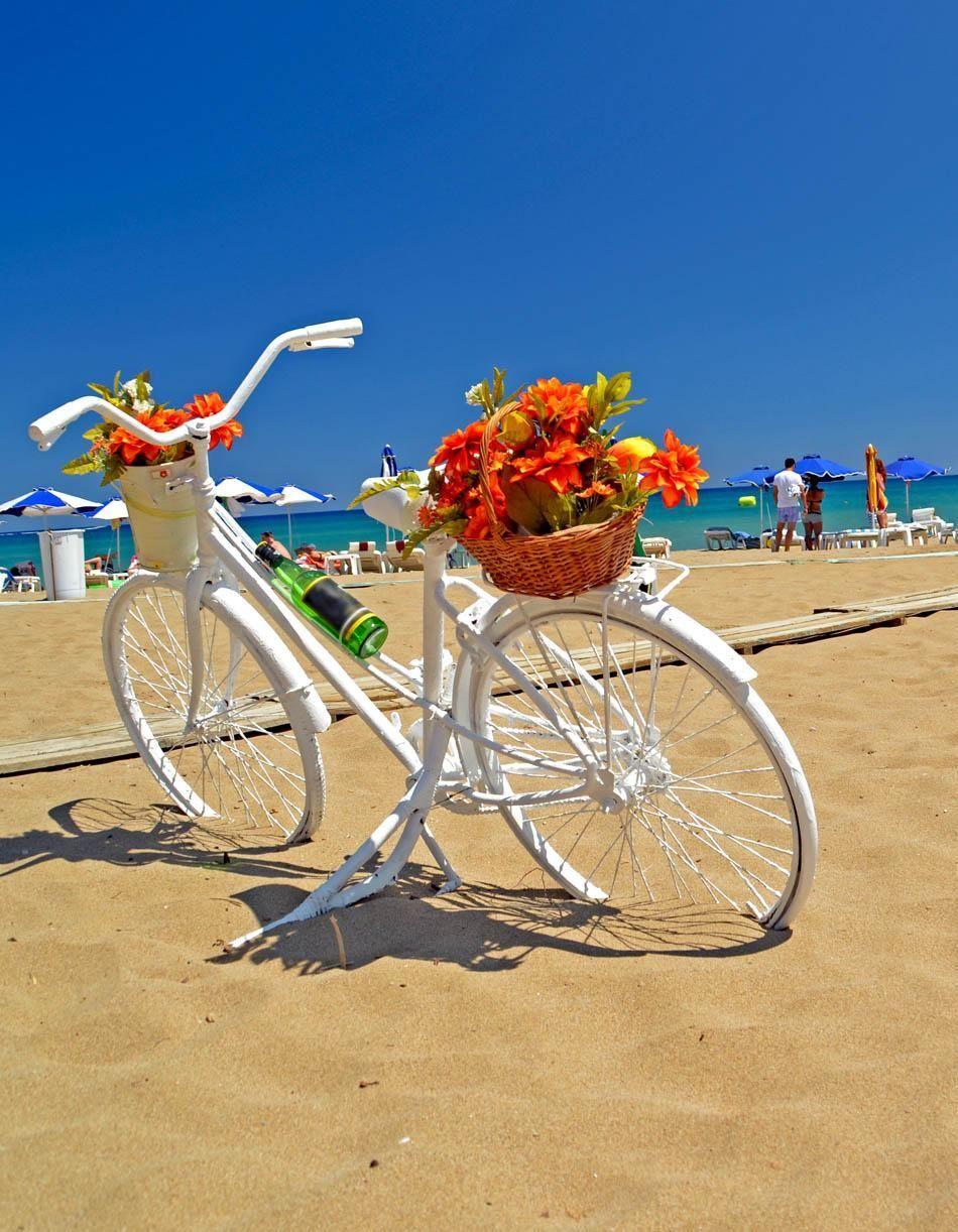 Отдых в Греции: украшенный цветами велосипед на побережье острова Родос