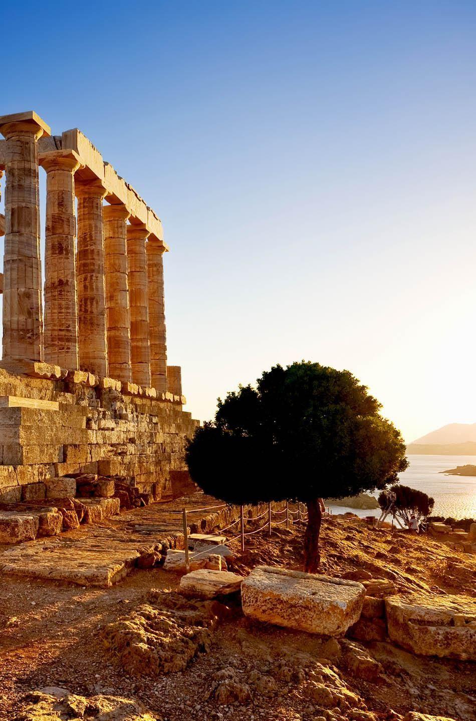 Отдых в Греции: руины древнегреческого храма бога Посейдона перед закатом.