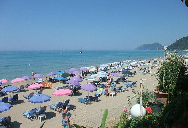 Пляж Агиос Гордиос Бич (Пляж у Черных скал)